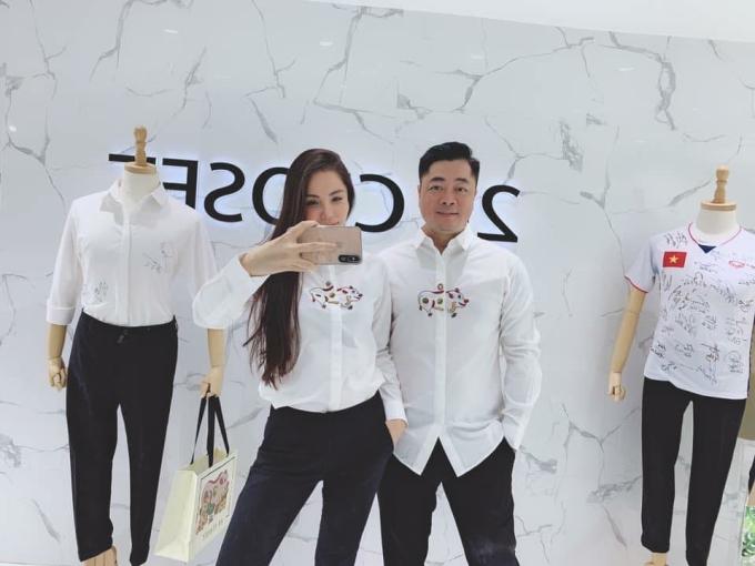 <p> Vợ chồng Kiwi Ngô Mai Trang diện đồ đôi in hình con heo ngộ nghĩnh.</p>