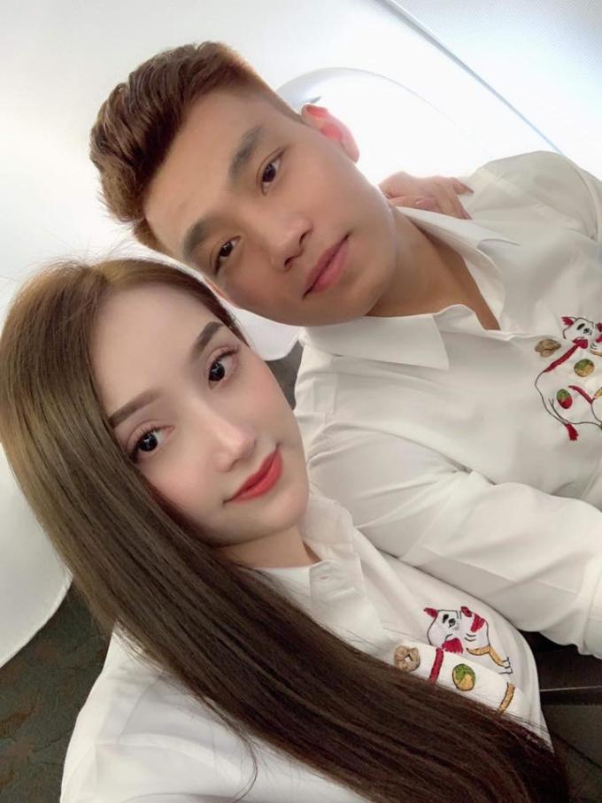 <p> Cầu thủ Vũ Văn Thanh và bạn gái cũng lăng-xê kiểu áo sơ mi tương tự.</p>