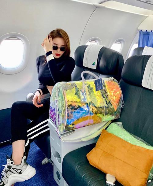 Kỳ Duyên sang chảnh với túi xách LV trăm triệu trên chuyến bay về Hà Nội ăn Tết.