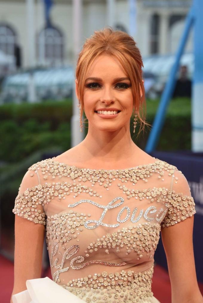 <p> Maëva Coucke - đại diện Pháp gây bất ngờ khi góp mặt trong top 5 Hoa hậu của các hoa hậu năm 2018 do Global Beauties bình chọn. Trước đó, người đẹp sinh năm 1994 chỉ vào top 12 Miss World. Cô cao 1,76 m và là người mẫu tại Pháp.</p>