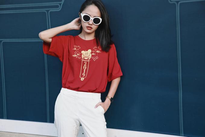 <p> Thanh Vy chọn áo thun đỏ in hình heo con - con giáp của bản thân trong năm Kỷ Hợi. Cô mix áo ăn nhập cùng quần thô trắng và kính tiệp màu.</p>