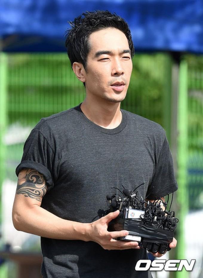 """<p> Năm 2013, Go Young Wook bị 5 nạn nhân tố cáo cưỡng hiếp. Cụ thể, Go Young Wook đã dụ dỗ những cô gái trẻ, muốn trở thành ngôi sao, về nhà riêng hoặc lên xe ôtô để thực hiện hành vi đồi bạt. Nam diễn viên """"Gia đình là só 1"""" sau đó bị tuyên án 5 năm tù giam với tội danh lạm dục tình dục và hiếp dâm nữ sinh vị thành niên.<br /><br /> Tháng 7/2015, anh được thả sau 30 tháng ngồi tù. Nhưng sao nam này vẫn bị quản thúc và đeo vòng điện tử trong vòng 3 năm. Khi ra tù, Go Young Wook cúi đầu xin lỗi và hứa làm lại cuộc đời. Tuy nhiên, quãng thời gian tù tội đã giết chết sự nghiệp của anh. Các đài truyền hình tại Hàn Quốc đều liệt anh vào danh sách """"cấm"""" lên sóng.</p>"""