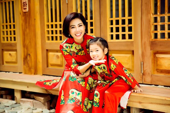 <p> Mai Phương và con gái diện áo dài in họa tiết heo vàng trên tranh Đông Hồ chụp ảnh trước Tết.</p>