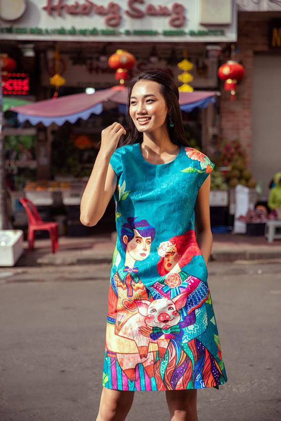<p> Á quân The Face Quỳnh Anh cũng chọn mẫu áo dài cách tân in họa tiết heo con nổi bật.</p>