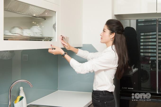 <p> Nhà cửa, bếp núc cũng được Á hậu sinh năm 1995 lau dọn sạch sẽ.</p>