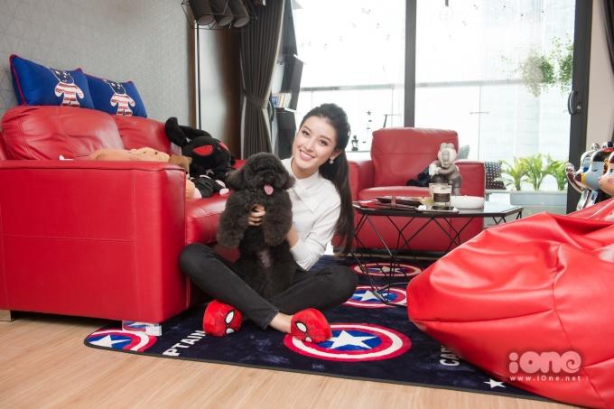<p> Ngoài bearbrick, Huyền My cũng làm bạn với chú chó nhỏ đã sống cùng cô hơn 8 năm qua. Cô gọi chú cún là con, xưng mẹ.</p>