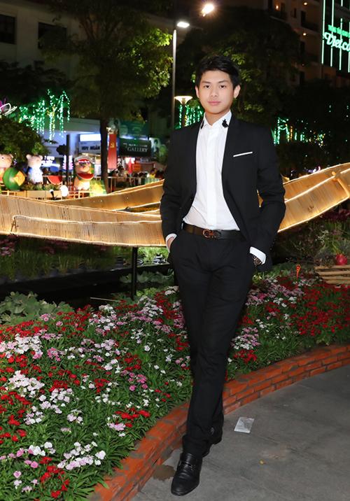 Hiếu Nguyễn bảnh bao với vest. Cậu bạn năm nay 18 tuổi, ngày càng ra dáng thanh niên trưởng thành.