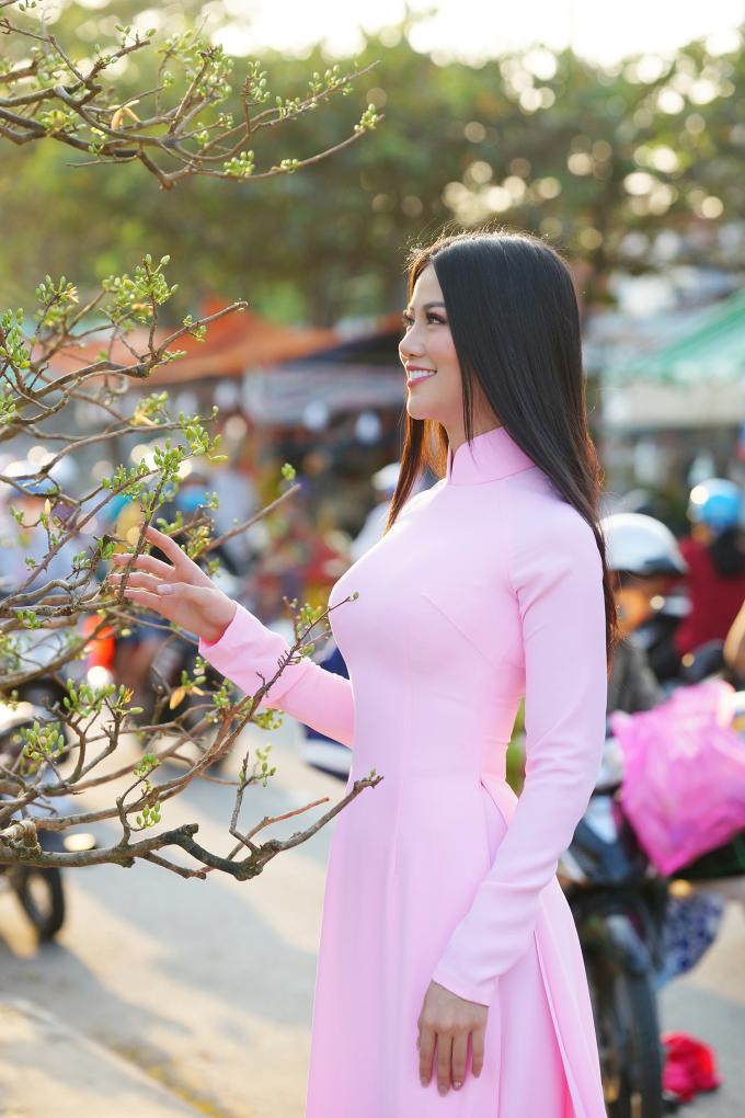 <p> Trở về quê hương Bến Tre ăn Tết, Phương Khánh tổ chức nhiều hoạt động thiện nguyện. Dù xuất hiện ở đâu, cô đều lựa chọn áo dài - trang phục truyền thống để thể hiện trọn vẹn nét duyên dáng.</p>