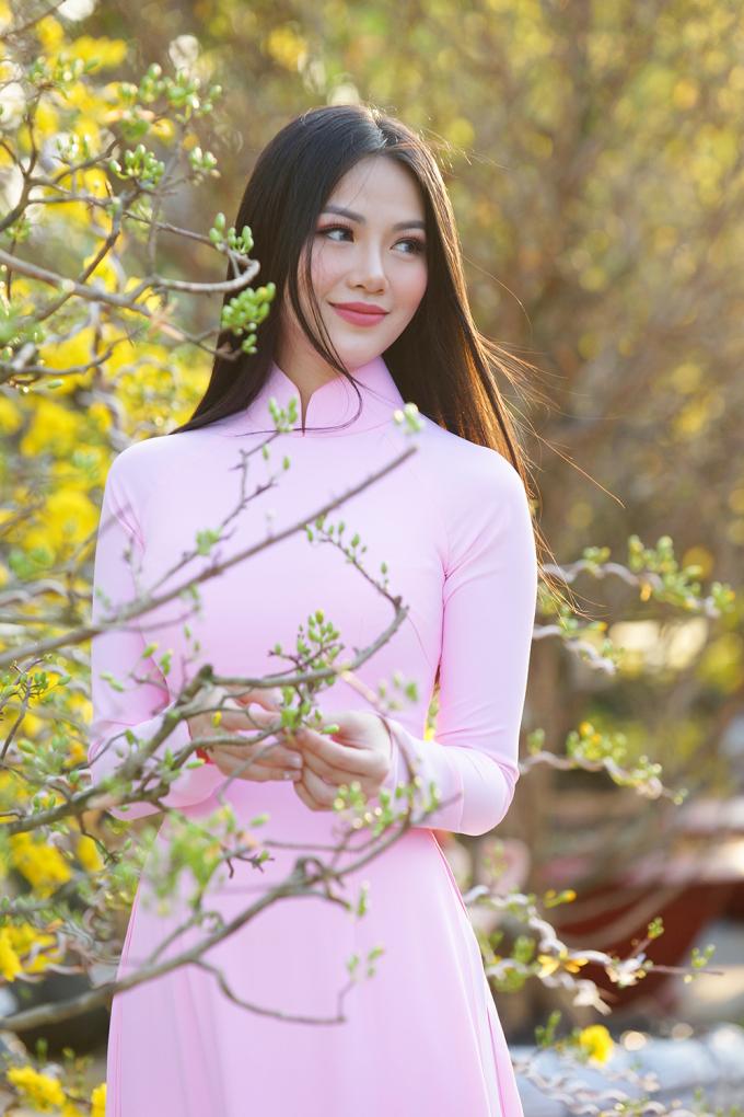 <p> Với chiếc áo dài tím, mái tóc đen, thẳng, suôn mượt đã thành thương hiệu, Phương Khánh thu hút sự chú ý.</p>