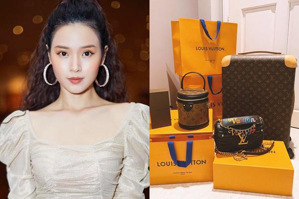 Midu dành tình yêu cho thương hiệu Louis Vuitton. Tết đến xuân về, cô nàng chịu chi sắm một lúc cả loạt túi xách, vali đúng mốt của hãng. Tổng số tiền đã chi là hơn 200 triệu đồng.