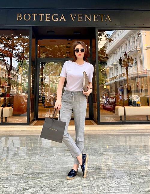 1 tuần trước khi đến Tết, Kỳ Duyên nô nức đi shopping. Cô nàng liên tục khoe ảnh mua sắm sang chảnh ở những thương hiệu đình đám.