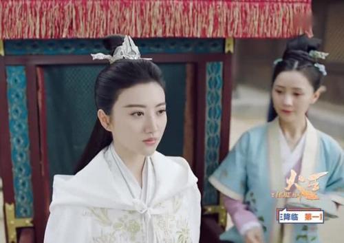 Một thảm họa diễn xuất khác của màn ảnh Trung Quốc mà vẫn liên tục được lăng xê là Cảnh Điềm. Khi trở lại màn ảnh nhỏ với bộ phim Hỏa vương, Cảnh Điềm đã bị chê tơi tả vì diễn xuất không ra sao mà đảm nhận một lúc 2 vai. Cô luôn giữ bộ mặt đơ nghìn kiểu như một trên màn ảnh.