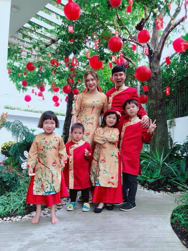 <p> Vợ chồng Lý Hải - Minh Hà cùng bốn con diện áo dài ton sur ton đỏ - vàng. 2018 là năm thành công của Lý Hải - Minh Hà khi dự án phim điện ảnh <em>Lật mặt 3</em> của cặp đôi công phá các phòng chiếu.</p>