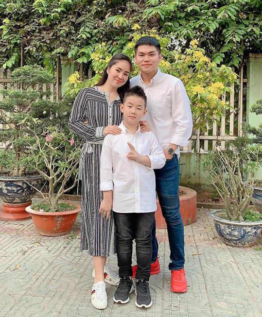 """<p> Vợ chồng Lê Phương - Trung Kiên khoe ảnh hạnh phúc bên con trai Cà Pháo. Gần đây, nữ diễn viên <em>Gạo nếp gạo tẻ</em> thông báo mang bầu con thứ hai. Cô sẽ sinh """"heo vàng"""" vào giữa năm 2019.</p>"""