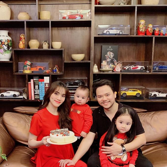 <p> Gia đình diễn viên Trang Nhung quây quần đón năm mới.</p>