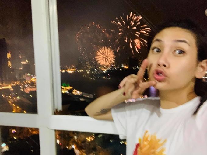 <p> Siêu mẫu Võ Hoàng Yến nhắng nhít chụp ảnh với pháo hoa từ căn hộ.</p>