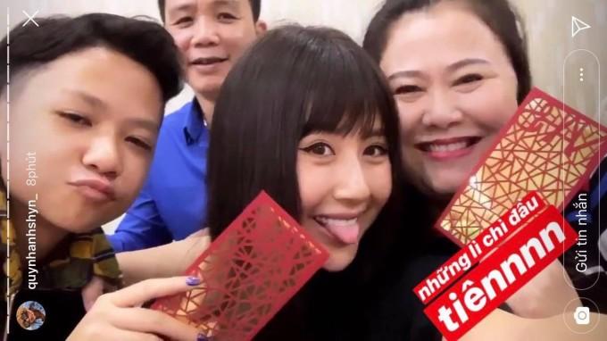 <p> Quỳnh Anh Shyn cũng hạnh phúc không kém bên người thân. Năm nay, cô dành tặng những bao lì xì cho bố mẹ.</p>