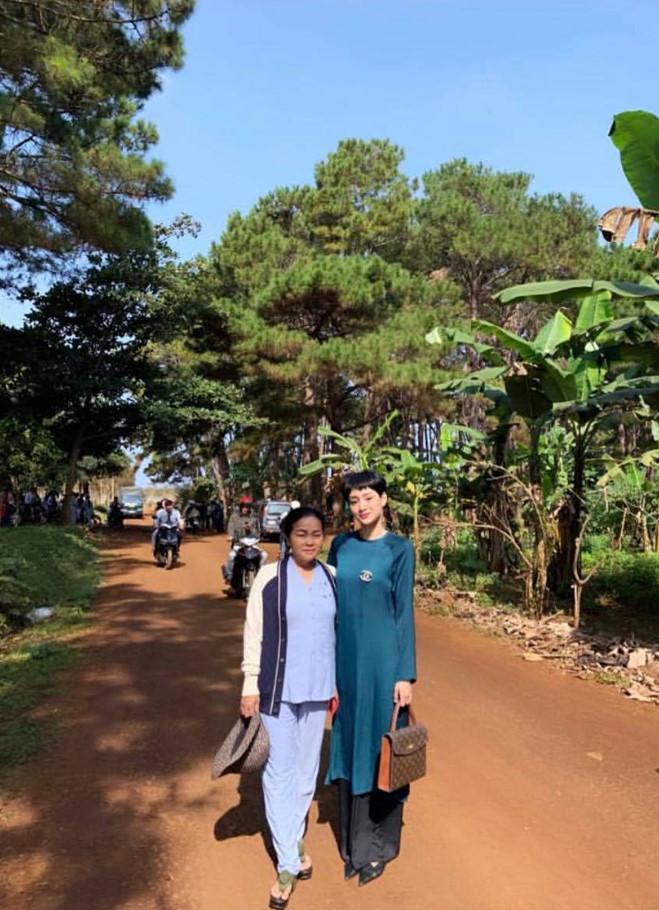 <p> Hiền Hồ đón Tết cùng mẹ tại quê nhà Đắk Lắk. Sáng mùng 1 Tết, cô cùng mẹ đi lễ chùa đầu năm.</p>