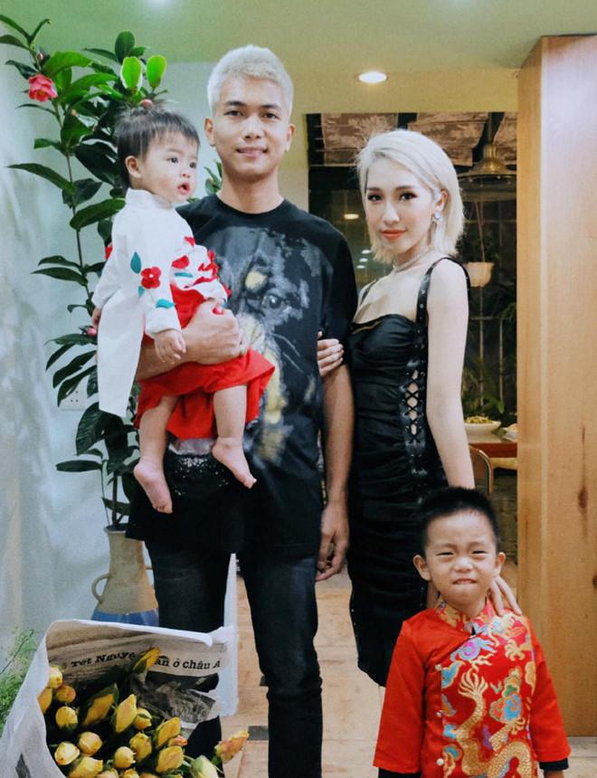 <p> Buổi sáng đầu tiên của năm Kỷ Hợi, Big Daddy và Emily công khai hình ảnh gia đình nhỏ với hai em bé kháu khỉnh có tên Bảo Nguyên và Bảo Uyên.</p>