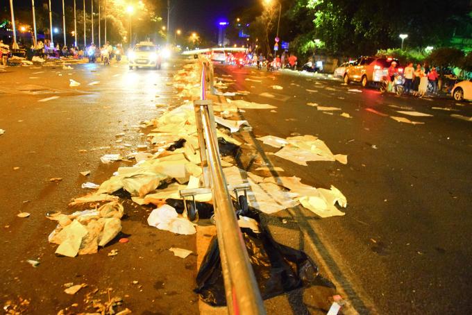<p> Cả Sài Gòn đã hân hoan đón năm mới Kỷ Hợi 2019 với nhiều hoạt động trong đêm giao thừa. Khu vực Đường hoa Nguyễn Huệ đã đón hàng chục nghìn người kéo đến vui chơi, ăn uống và chờ xem pháo hoa.</p>