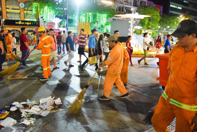<p> Đội công nhân vệ sinh ra dọn dẹp sạch sẽ, trả lại vẻ đẹp cho đường sá và 500m đường hoa. Họ đã trực ở đây từ 10 giờ tối, chọn một góc để ngồi ngắm dòng người đi đón giao thừa.</p>