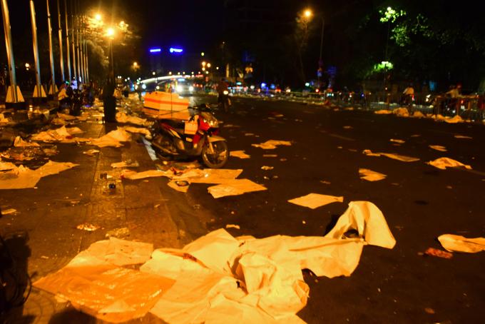 <p> Kết thúc màn pháo hoa, mọi người kéo nhau ra về thì đủ loại rác đã tràn ngập khắp khu vực phía trước đường hoa. Mặc dù cách đó chỉ vài chục mét có những xe rác lớn nhưng những loại ly nhựa, giấy bìa lót ngồi, đồ ăn thức uống dư thừa vẫn vương vãi đầy đường.</p>