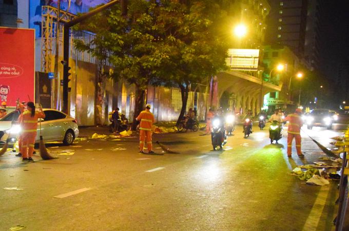 Đường phố Sài Gòn ngập rác, lao công một đêm giao thừa không ngủ
