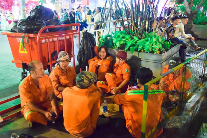 <p> Phút giải lao của các cô chú lao công ở một góc đường trên phố Nguyễn Huệ.</p>