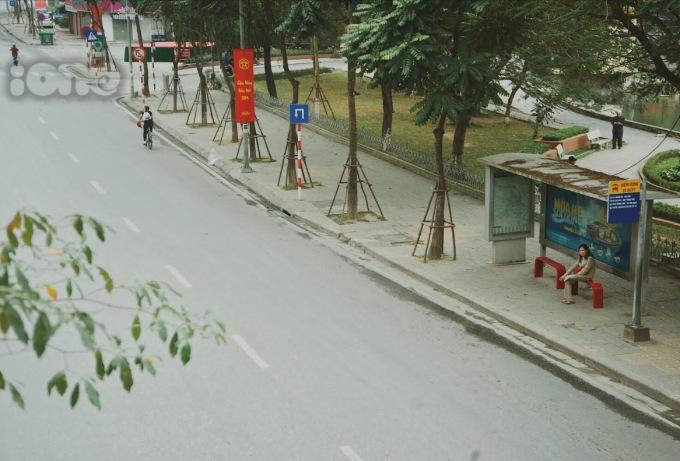 <p> Trên hầu hết các con phố, tuyến đường của Thủ đô chỉ lác đác bóng người qua lại vào sáng sớm. Dường như ai cũng thả chậm bước chân để tận hưởng không khí một năm mới có một lần này.</p>