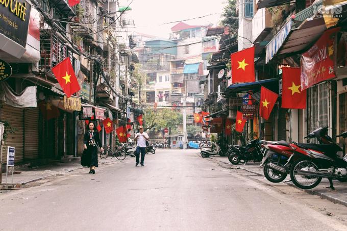 <p> Những chiếc cờ đỏ sao vàng rực rỡ tô điểm cho phố phường bớt hiu quạnh.</p>