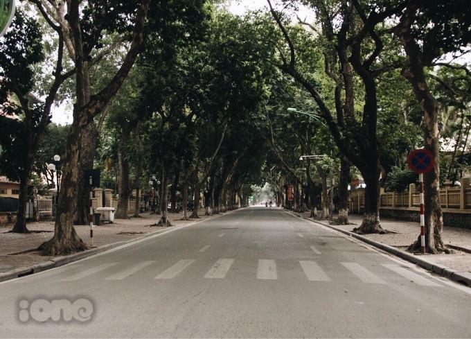 <p> Phố phường Hà Nội sáng mùng 1 Tết mang đến cho người dân nơi đây cảm xúc tĩnh lặng, an yên khác lạ.</p>