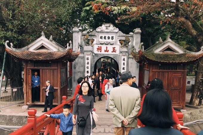 <p> Đường phố Hà Nội sáng Mùng 1 Tết dần đông vui hơn khi người dân thức dậy đi lễ đền chùa, du xuân.</p>