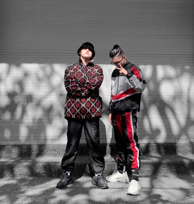 <p> Sơn Tùng khoe street style sành điệu bên cạnh cậu em trai Nguyễn Việt Hoàng. Hai anh em rất ít khi gặp nhưng luôn thân thiết, hợp nhau về phong cách thời trang.</p>