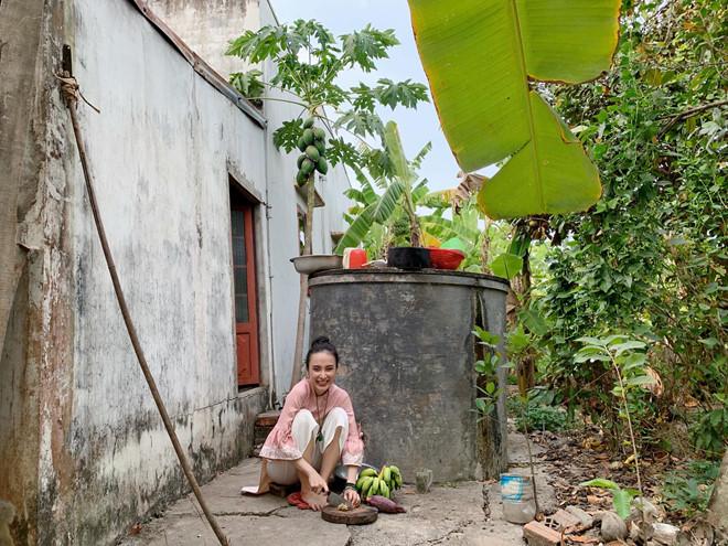 <p> Quê nội Angela Phương Trinh ở Long An. Trước đây, cô từng tiết lộ, gia đình gặp khó khăn về kinh tế khiến cô phải bỏ học mưu sinh năm 15 tuổi. Là con gái lớn trong nhà, Angela Phương Trinh tự thấy mình phải có trách nhiệm chăm lo cuộc sống cho ba mẹ, em gái.</p>