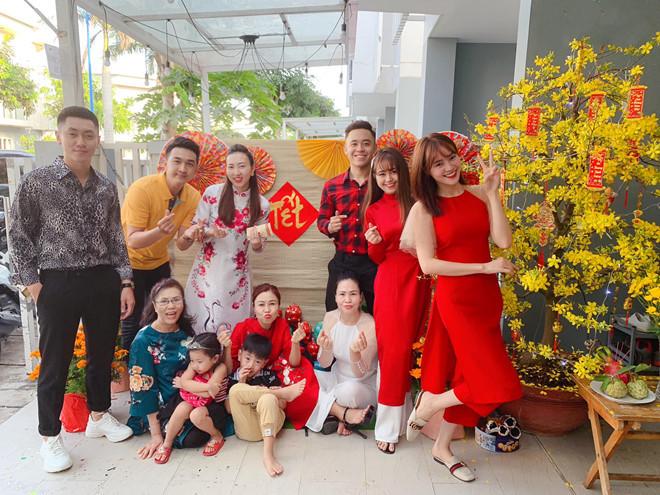 <p> Lan Ngọc mặc áo dài đỏ cách tân, chụp ảnh cùng đại gia đình.</p>