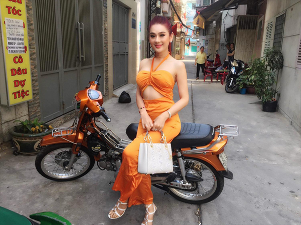 Lâm Khánh Chi diện đồ sexy đi chơi năm mới.