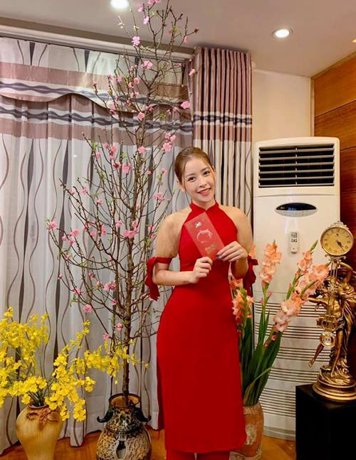 Chi Pu xinh đẹp trong bộ áo dài khi về Hà Nội ăn Tết.