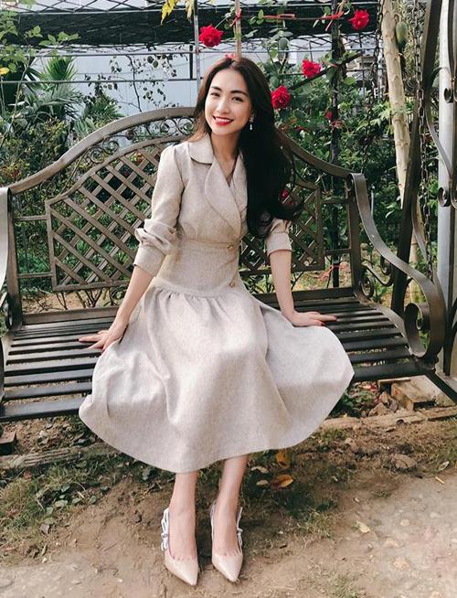 Hòa Minzy xinh tươi bên cây hoa hồng trong vườn nhà.