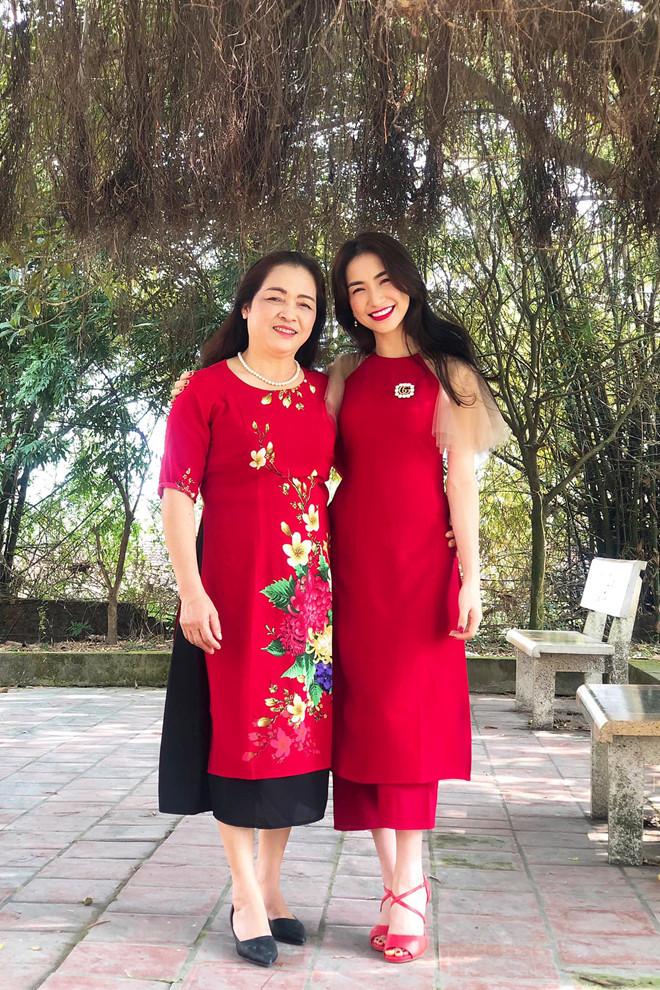 """<p> Hòa Minzy là con thứ tư trong gia đình năm anh chị em tại Bắc Ninh. Trên trang cá nhân, giọng ca """"Rời bỏ"""" khoe ảnh đi lễ cùng mẹ ngày đầu năm mới.</p>"""