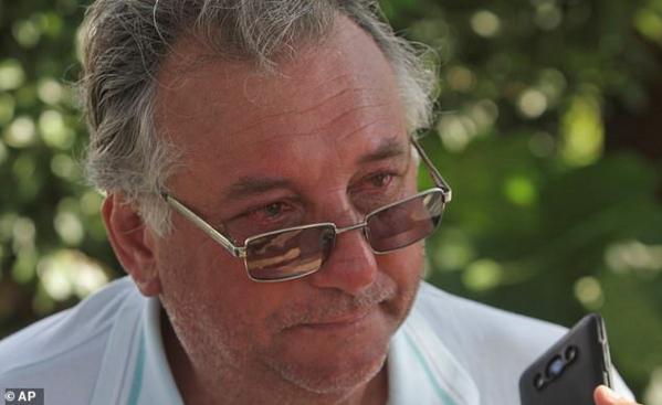 Bố tiền đạo Sala, ông Horacio Sala khóc khi chia sẻ về con trai.