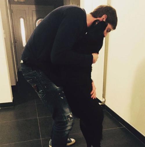 Emiliano Sala mất tích, chú chó vẫn lặng lẽ chờ chủ trở về - 1