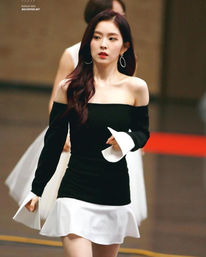 """<p> Irene hiếm khi ăn mặc sexy nhưng mỗi lần cô diện trang phục trễ nải khoe đôi vai gầy cùng xương quai xanh quyến rũ là khối fan """"xin chết"""".</p>"""