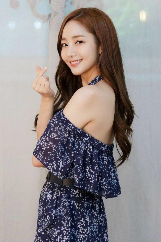 """<p> Park Min Young chứng minh nhan sắc bất chấp thời gian dù đã bước qua tuổi 30. Mỗi lần mặc trang phục hở vai, nữ diễn viên lại khiến fan """"thổn thức"""".</p>"""