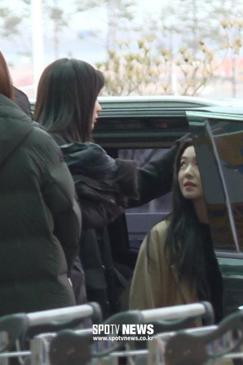 Các fanship của Seulrene được dịp ăn mừng khi chứng kiến khoảnh khắc Seul Gi vuốt tóc Irene tình cảm ở sân bay.