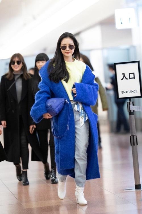 Na Eun (Apink) luôn phối đồ cực chất khi ra sân bay. Cô nàng nổi bần bật với áo dạ xanh, cách khoác hờ hững.