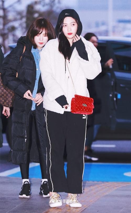 Quần thể thao, áo hoodie là set đồ mà Joy chọn để ra sân bay. Áo padding như của Wendy là món đồ mà toàn dân Hàn đều sử dụng trong mùa lạnh.