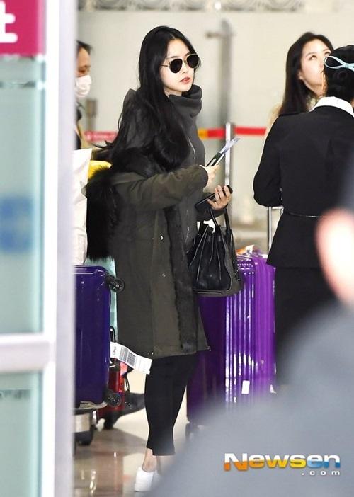 Sau khi xong sự kiện, Na Eun về Hàn với bộ đồ thể thao thoải mái.