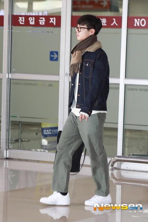 Park Bo Gum chỉ đẹp mặt mộc, đeo kính của điển trai như đang đóng phim.
