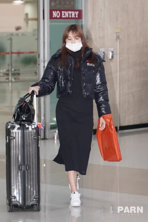 Mina kết thúc sớm kỳ nghỉ năm mới và trở về Hàn. Thành viên Twice dùng khẩu trang che chắn cẩn thận mặt mộc.