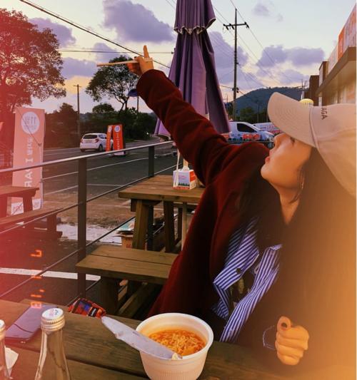 Dara chia sẻ những khoảnh khắc kỷ niệm năm 2018, trong đó có hình ảnh diễn sâu khi ăn mỳ tôm.